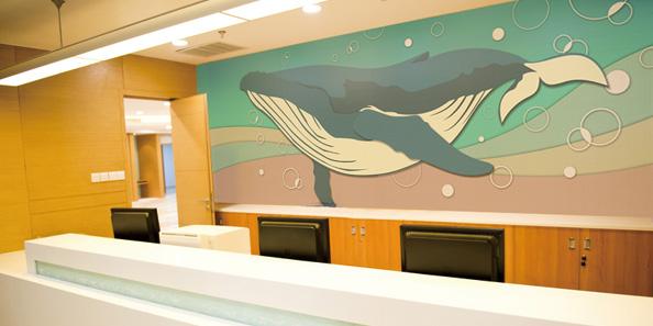 大きなクジラの泳ぐアクセント壁紙